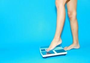 体重チェックをする女性