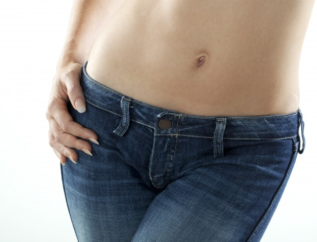 bassin de jeune femme svelte en pantalon de jeans